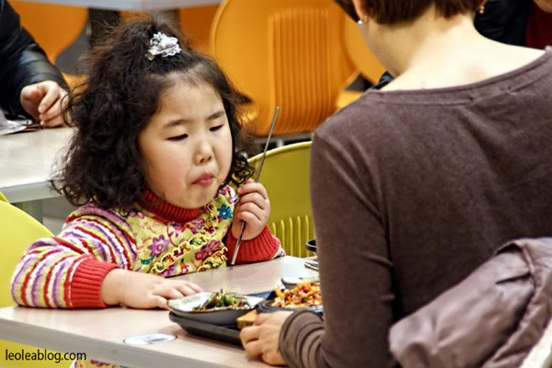 daegu korea southkorea asia metro people ludzie inrestaurant eating jedzenie koreanchild dziecko