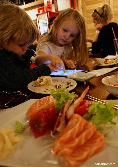Dzieci Children Sushi Rynek Wrocław Wroclove Kids Child Dziecimogąsushi dzieciisushi polskiedziecijedząsushi przerwawpodróży sashimi maki nigiri sushiset set lunch darea dareawrocław lunchtime restaurant restauracja
