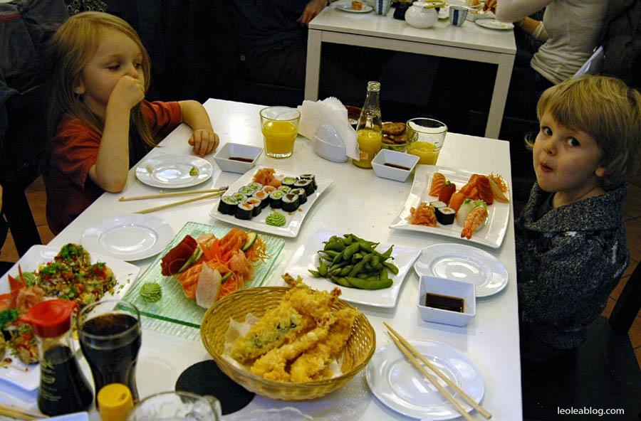 Dzieci Children Sushi Rynek Wrocław Wroclove Kids Child Dziecimogąsushi dzieciisushi polskiedziecijedząsushi przerwawpodróży sashimi maki nigiri sushiset set lunch lunchtime restaurant restauracja krewetki