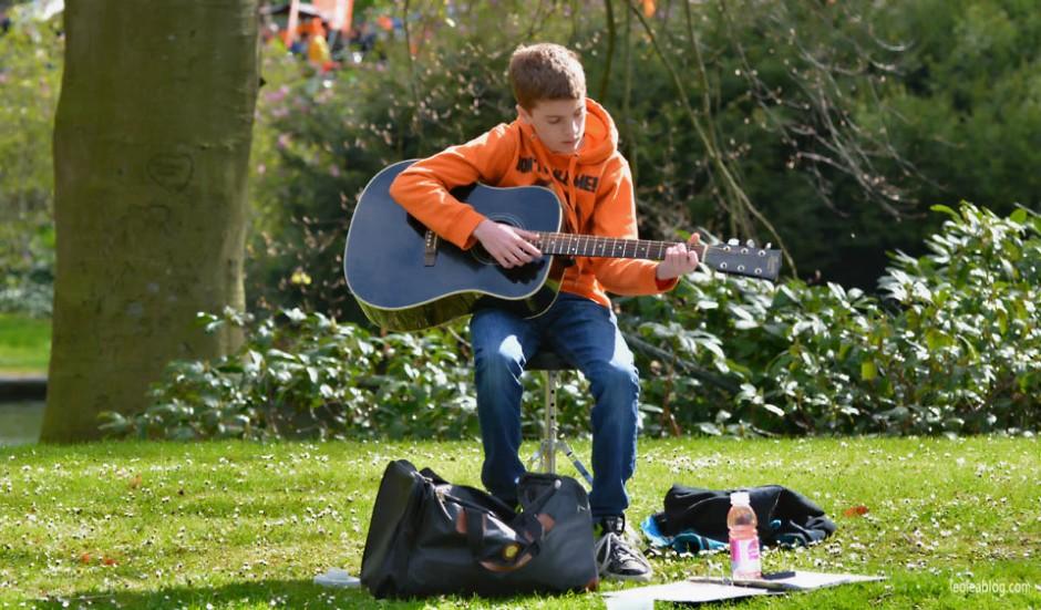 Breda Holland Holandia Sprzedawca Seller Swietokrola Koningsdag Swietonarodowe Muzyk Musican Guitar Gitara Oranje