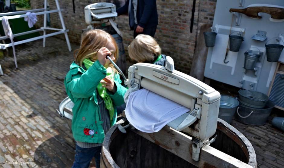 OpenluchtMuseum Holland Dutch Arnhem Holandia Netherlands Openairmuseum muzeum muzeumnaotwartympowietrzu skansen holenderskiskansen syrena mills młyn wiatrak wiatraki holdenderskiewiatraki holandiawpigułce warsztaty pranie laundry oldtypelaundry bezpralkiautomatycznej laundrymachine handlaundry pranieręczne
