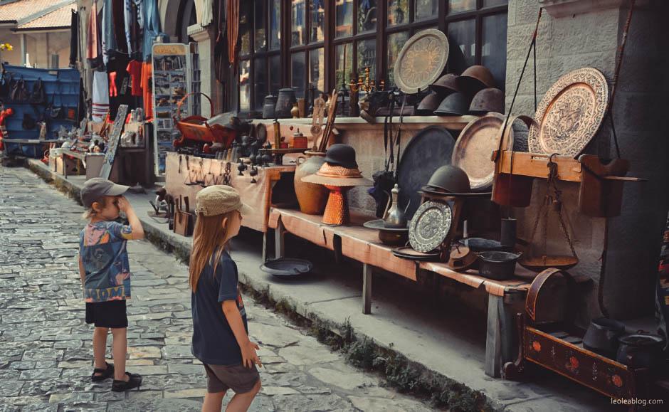 kruja albania eu europe balcans bałkany Krujë Kroja Akçahisar visitalbania journey holiday travel travelaroundtheeurope traveller traveler adventure kids dzieci children bazar zakupy targ spacer