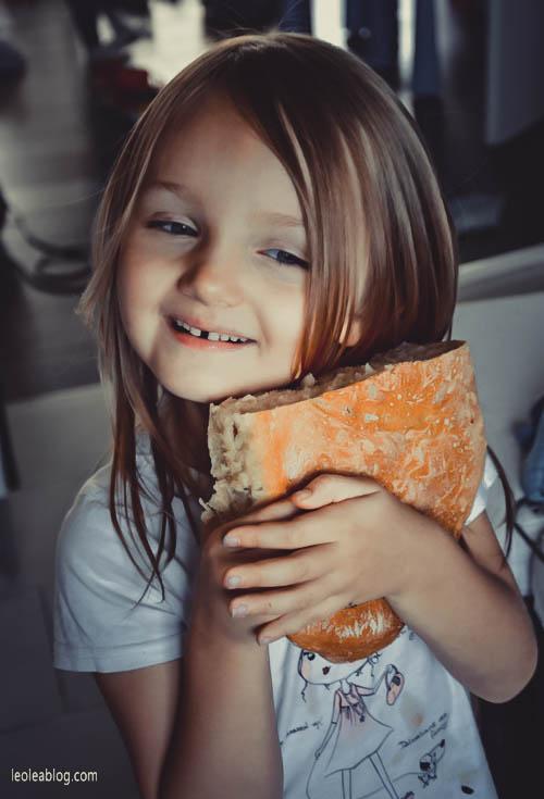 bread homemade homemadebread chleb chlebek pieczywo bakeryproduct kid child córka córeczka córeczkatatusia daugheter dziecko domowychleb dzieciwkuchni childrenatthekitchen
