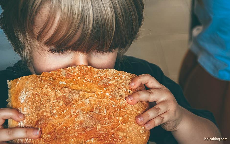 bread homemade homemadebread chleb chlebek pieczywo bakeryproduct kid child syn son dziecko domowychleb dzieciwkuchni childrenatthekitchen